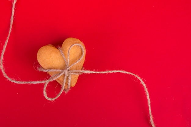 Stapel koekjes in hartvorm op rode lijst