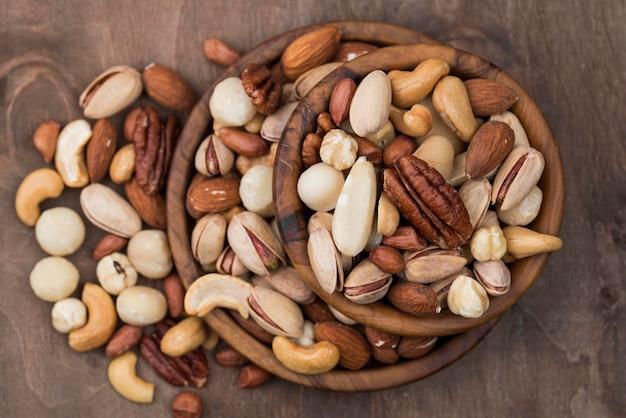 Stapel kommen gevuld met biologische noten bovenaanzicht