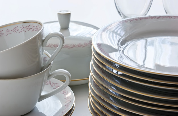 Stapel kopjes en glazen op tafel