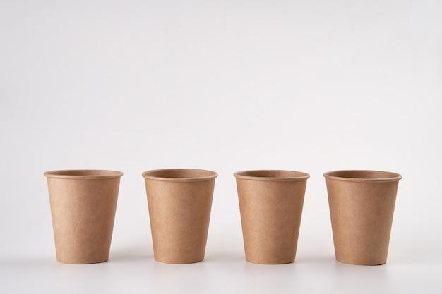 Stapel kraftpapier tot kopjes voor koffie. eco-vriendelijke afhaalbeker.