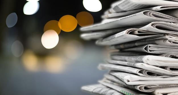 Stapel kranten op onscherpe achtergrond