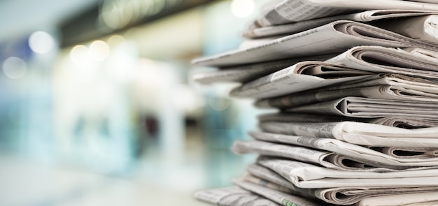 Stapel kranten stapels op onscherpe achtergrond