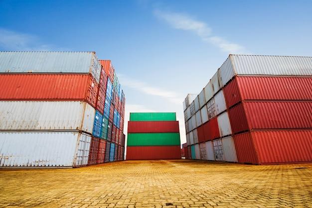 Stapel ladingcontainers bij de dokken