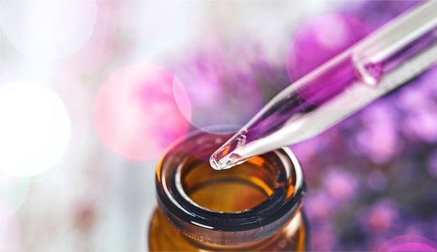 Stapel lavendelbloemen en een druppelaar