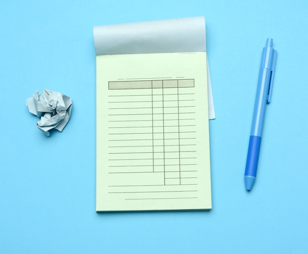 Stapel lege blauwe blanco cheques