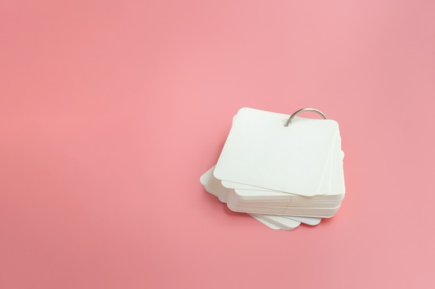 Stapel lege flash-kaarten op roze achtergrond