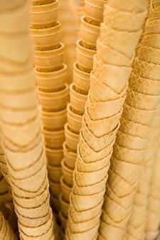 Stapel lege kegels van het wafelroomijs