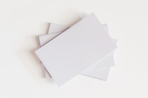 Stapel lege witte visitekaartjes. modelvisitekaartjes op witte achtergrond met het knippen van weg
