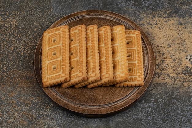 Stapel lekkere koekjes op een houten bord.