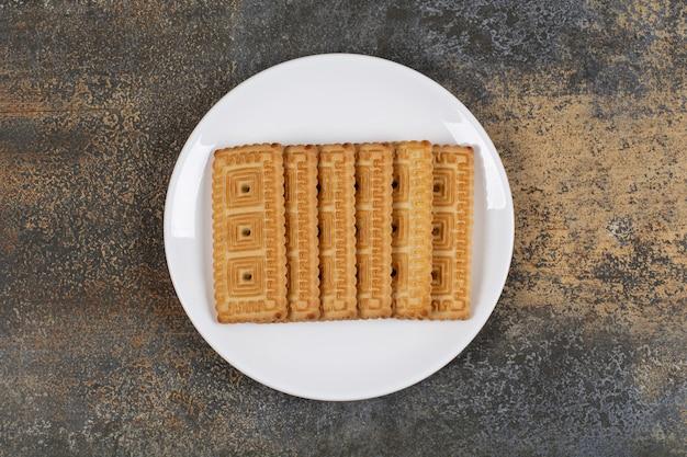 Stapel lekkere koekjes op een witte plaat.