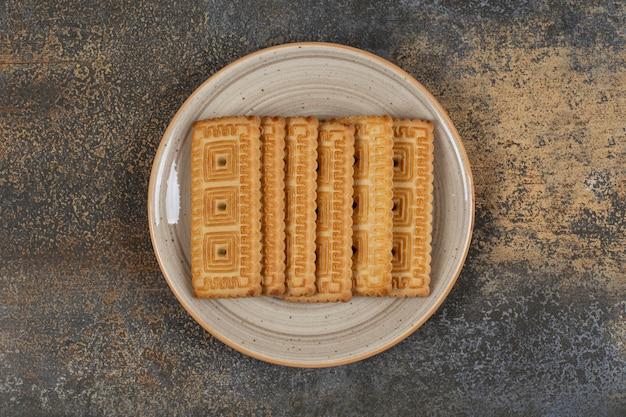 Stapel lekkere koekjes op keramische plaat.