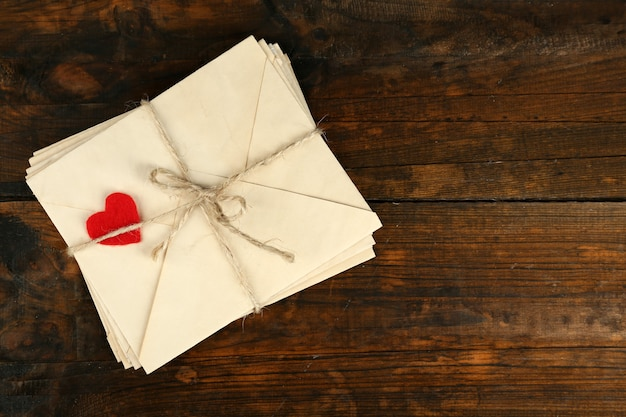 Stapel liefdesbrieven op rustieke houten planken