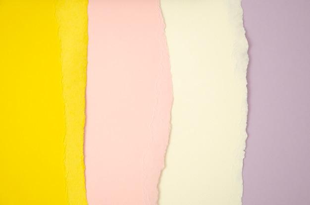 Stapel lijnen gescheurd gekleurd papier