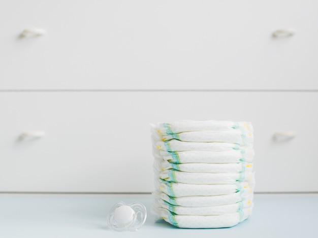 Stapel luiers tegen een witte garderobe