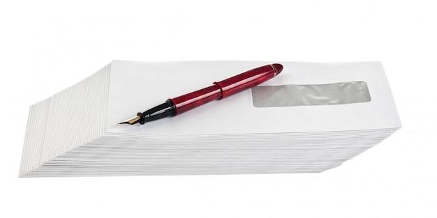 Stapel mail enveloppen en een pen geïsoleerd op een witte achtergrond
