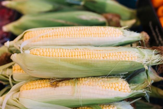 Stapel maïs op cob