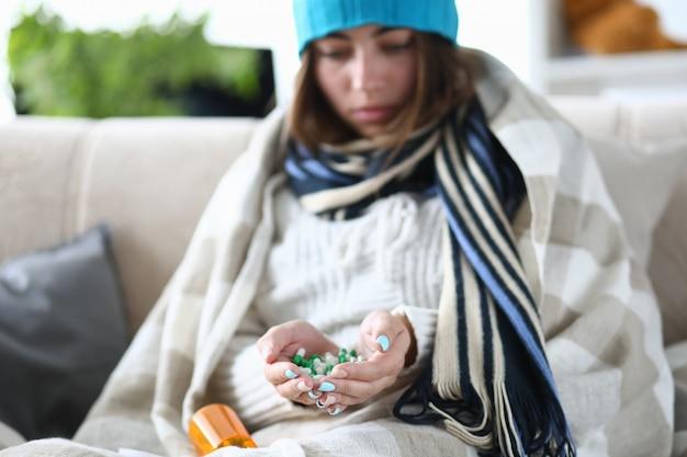 Stapel medicijnen in handen