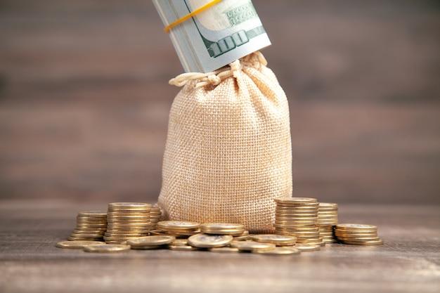 Stapel munten en geldzak. financiën. besparing. economie