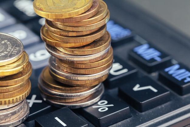 Stapel munten en rekenmachine