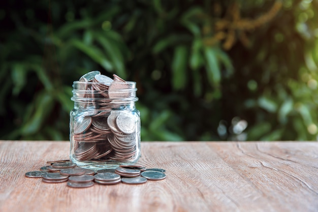 Stapel munten in een spaarvarken voor geldbesparende ideeën.