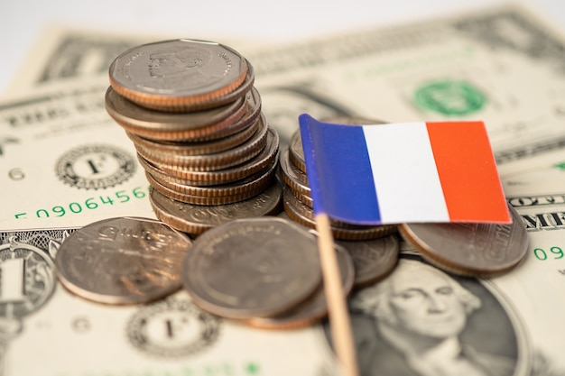 Stapel munten met de vlag van frankrijk
