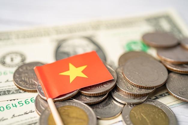 Stapel munten met vlag van vietnam.
