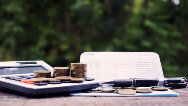 Stapel munten of geld op een financieel concept calculator geld besparen voor investeringen