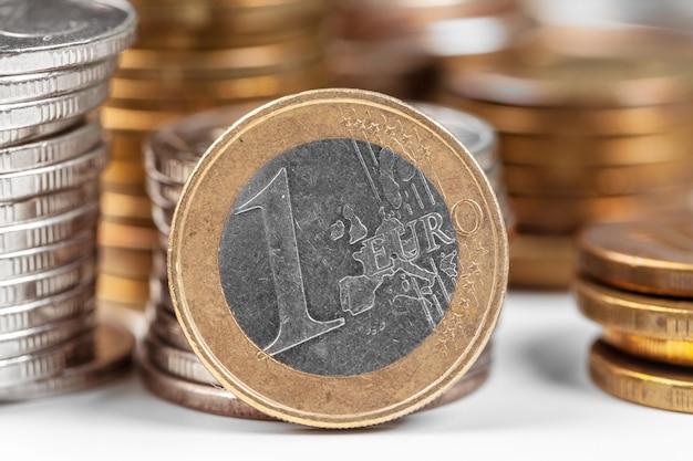 Stapel munten op de tafel