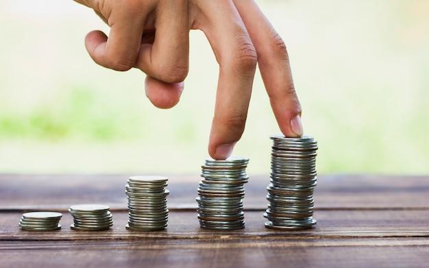 Stapel munten schaal op tafel opslaan