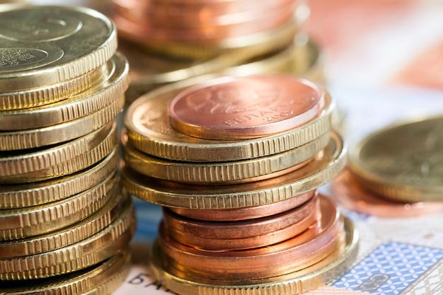Stapel munten van verschillende kleuren en coupures die samen liggen