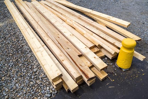 Stapel natuurlijke houten planken op bouwterrein
