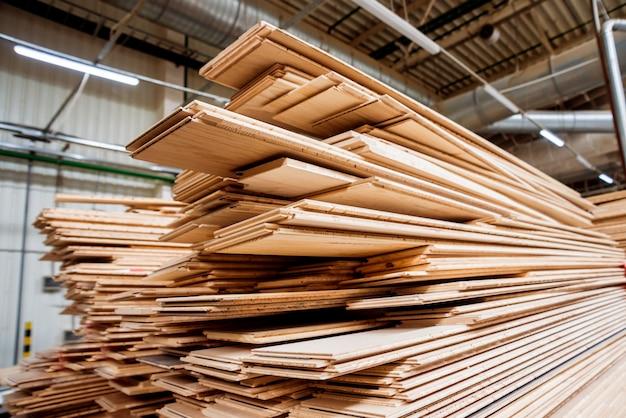 Stapel natuurlijke ruwe houten planken. houten planken, timmerhout, industrieel hout.