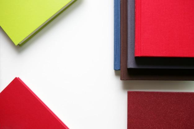 Stapel nieuwe boeken op witte achtergrond
