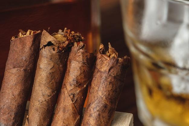 Stapel nieuwe cubaanse sigaren close-up op houten tafel