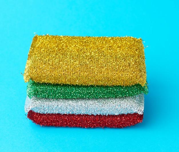 Stapel nieuwe veelkleurige keukensponzen voor het afwassen