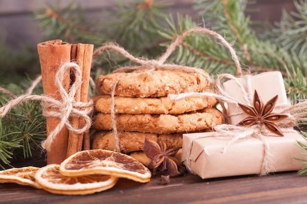 Stapel notenkoekjes, kaneel, badon, sinaasappels, noten.