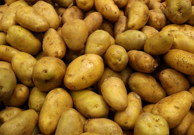 Stapel ongekookte aardappelen, met selectieve aandacht voor achtergrond