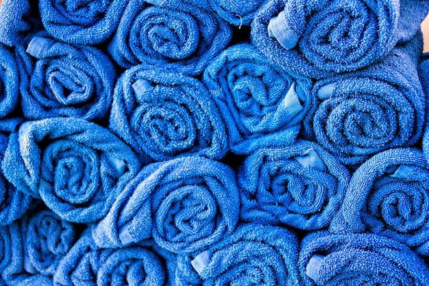 Stapel opgerolde blauwe handdoeken