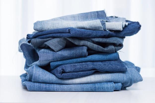 Stapel oude blauwe spijkerbroek voor recycling