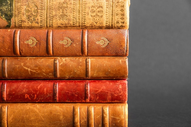 Stapel oude boeken geïsoleerd op donkere achtergrond