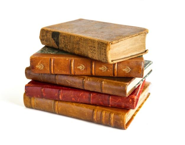 Stapel oude boeken geïsoleerd op witte achtergrond