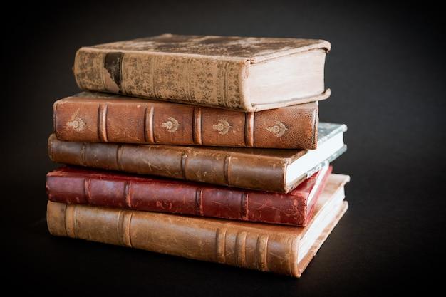 Stapel oude boeken geïsoleerd op zwarte achtergrond