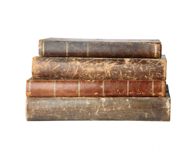 Stapel oude boeken in geïsoleerde stapels