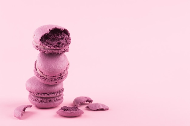 Stapel paarse macarons