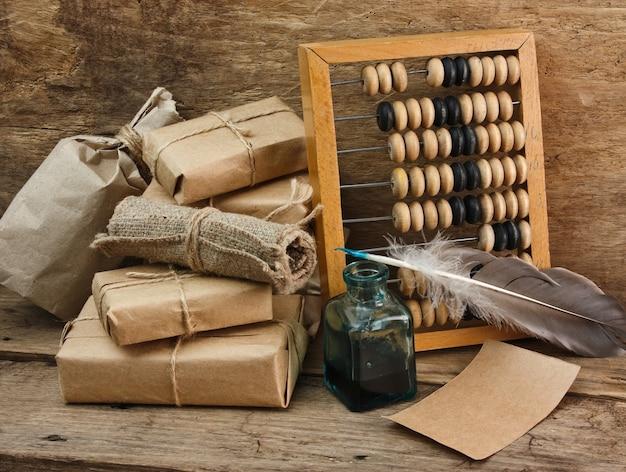 Stapel pakket omwikkeld met bruin kraftpapier en telraam