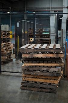 Stapel pallets in de fabriek