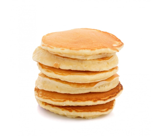 Stapel pannekoeken die op wit worden geïsoleerd