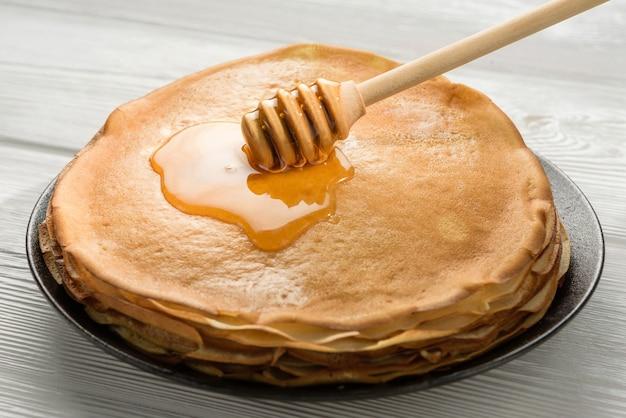 Stapel pannenkoeken met honing close-up detail