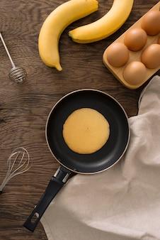 Stapel pannenkoeken op een gietijzeren koekenpan. bovenaanzicht. plat leggen