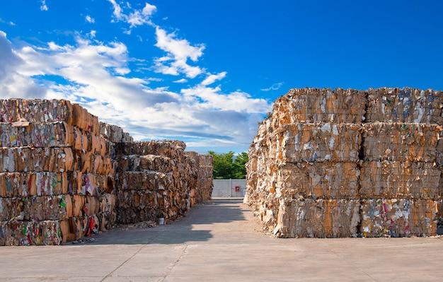 Stapel papierafval vóór het vernietigen bij recyclingsinstallatie